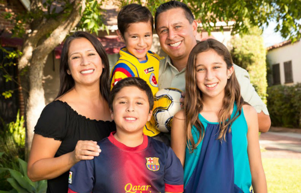 Jimenez Family Picture (1) Help Decide who is the Modern Day Family #LaFamiliadeHoy