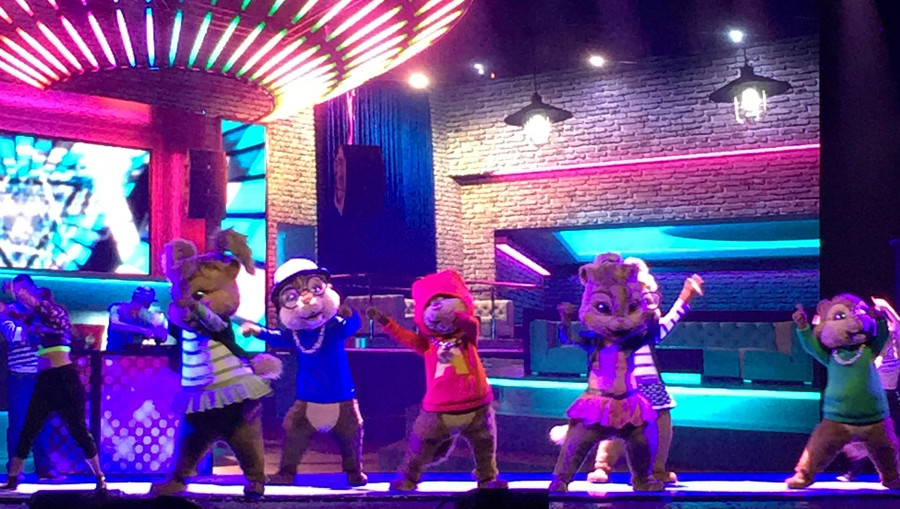 Alvina and the chipmunks on stage